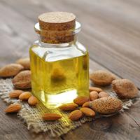Amandelolie - 6 hacks om je haar glanzend en gehydrateerd te houden deze winter