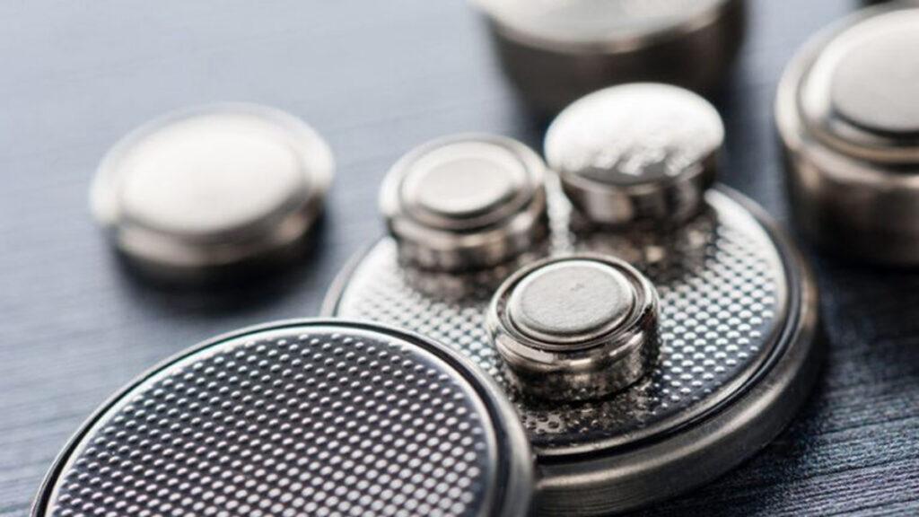 Het risico van het inslikken van knoopbatterijen
