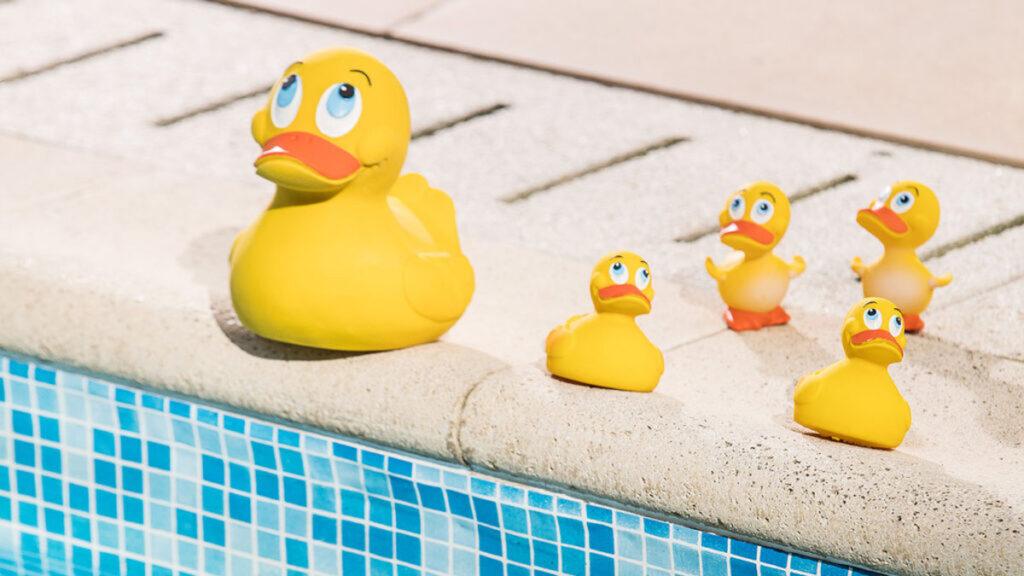 Spelen in bad met badeendjes